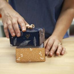 Làm thế nào để làm một hộp quà sinh nhật với giấy dán tường