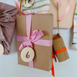 Cách làm hộp đựng quà bằng bìa cứng của riêng bạn